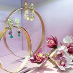 Expositores con formas orgánicas y orquídeas